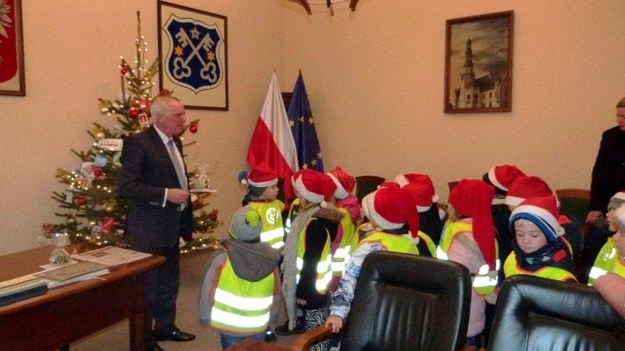 Świąteczna wizyta dzieci z Maciusia w Urzędzie Miejskim