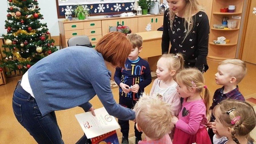 """Grupę """"Sówki"""" odwiedziła mama Julka. Pani Małgorzata Stanisławska – Kostka włączyła się w akcję """"Cała Polska czyta dzieciom"""""""